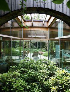 Kahden makuuhuoneen välisessä tilassa kasvaa alppiruusuja. Pihalla on käytetty paljon ikivihreitä kasveja.