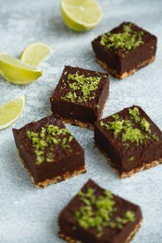 opskrift-sund-chokoladekage-med-nutella-og-noeddebund-1-4 Diabetic Desserts, Healthy Desserts, Healthy Food, Low Carb Wraps, Cake Recipes, Dessert Recipes, Bagel Recipe, Low Carb Sweets, Vegan Treats