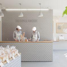 스타일 베이커리 리노베이션 프로젝트는 프랜차이즈 브랜드를 대표하는 새로운 컬러 라이트 그레이를 컨셉으로 제안된다. 타일, 조명, 스틸 프레임, 바닥마감등의 다양한 재료의 조합을 통해 구현, 빵을 진열하는 오크 테이블과 대비를 이룬다. 모던한 인테리어 디자인은 내외부를 밀착시키는 전창 (바닥에서 천장까지 오픈된 형태) 을 통해 개방감을 확보하는 동시에 다양한 종류의 빵을 진열하기 위한 테이블 및 선반을 제외..