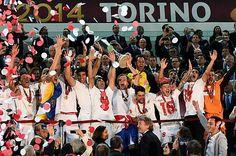 欧州リーグで優勝して喜ぶセビリアの選手たち。中央でトロフィーを掲げるのはラキティッチ=14日、イタリア・トリノ(AFP=時事) ▼15May2014時事通信|セビリアが優勝=ベンフィカをPK戦で下す-サッカー欧州リーグ http://www.jiji.com/jc/zc?k=201405/2014051500103
