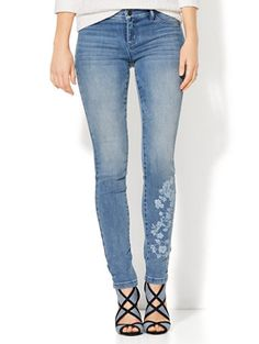 Upgrade your denim game with the Floral Legging in Blue Lotus Wash. Exclusively at New York and Company.