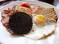 Así son los desayunos alrededor de todo el mundo-En Escocia el pudin negro se sirve junto a un huevo frito en grasa y salchichas cuadradas, conocidas como Lorne.