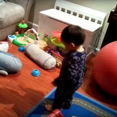 Un niño descubre con sorpresa que tiene sombra, ¡lo que le divierte un montón! #nino #adorable #juguetes #habitación #descubrimiento #juego #sombra http://www.pandabuzz.com/es/video-emocion-del-dia/niño-descubre-sombra-primera-vez