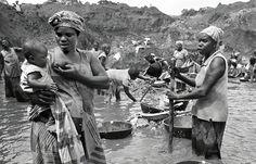 """Muy a pesar de que hoy en día existen incontables maneras de esclavitud, y de que todas –unas más que otras- resultan crudelísimas, ninguna por sí sola supera en atrocidad a la esclavitud que vivieron millones de negroafricanos hace más de cinco siglos. No por esto hay que """"hacernos ilusiones""""; pues"""