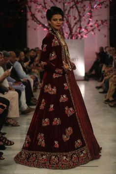 Rohit Bal at India Couture Week 2016 - Look 13 Indian Gowns, Indian Wear, Indian Outfits, Style Fête, Velvet Dress Designs, Rohit Bal, Indian Princess, India Fashion Week, Desi Clothes