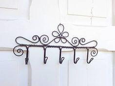 kvet..folk vešiak Corner Designs, Wire Art, Candle Sconces, Wall Lights, Folk, Handmade, Crafts, Home Decor, Iron