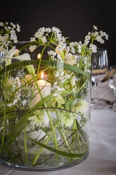 Flower arrangement with candle light - perfect as a centerpiece on the table. Submerged Flowers, Floating Flowers, Table Flowers, Neutral Wedding Flowers, Floral Wedding, White Flowers, Wedding Arrangements, Floral Arrangements, Flower Arrangement