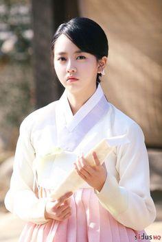 Kim So Hyun ngày càng chứng tỏ mình vô cùng hợp với bộ trang phục truyền thống.