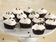'n Vinnige, maklike resep vir heerlike klam sjokoladekolwyntjies. Muffin Recipes, Cake Recipes, Dessert Recipes, Desserts, Chocolate Cupcakes, Mini Cupcakes, Caramel Icing, Cream Cheese Buttercream, Confectionery