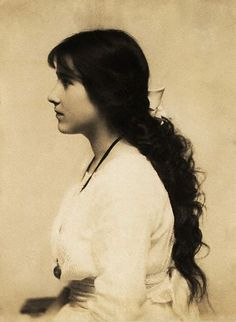 Photograph of Lady Elizabeth Bowes-Lyon, as a teenager. What lovely hair!