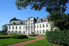 Château de Bois-Seigneur-Isaac, Belgique. Ancienne forteresse féodale édifiée au XIIe siècle, le château de Bois-Seigneur-Isaac fut transformé en château de plaisance entre 1730 et 1740, dans un style classique français. Outre son jardin à la française dessiné par Duchêne au début du XXe siècle, le domaine comporte aussi un parc à l'anglaise du début du XIXe siècle, comptant plus de 70 arbres classés comme «arbres remarquables».