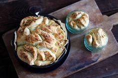 Kräuter Zupfbrot / Faltenbrot in der Springform Savoury Baking, Bread, Food, Bruschetta, Party, Yummy Food, Brot, Essen, Parties