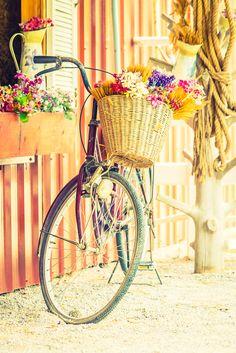 """Już dziś możecie skorzystać z promocji w naszym e-sklepie! Na hasło """"8marca"""" otrzymujecie 8% zniżki! A my? A my chcielibyśmy wszystkim Kobietom złożyć najserdeczniejsze życzenia – bądźcie zawsze takie wspaniałe, jak jesteście! Dużo uśmiechu nie tylko od święta, wielu radosnych chwil oraz mnóstwa rowerowych przygód! ;)"""