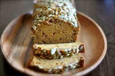 Save money and make this copycat Starbucks pumpkin bread recipe instead of buying a slice at the coffee shop. It's moist, perfectly spiced, and so easy to make. Watch the video and you'll see! It's the best pumpkin bread ever. Köstliche Desserts, Delicious Desserts, Dessert Recipes, Yummy Food, Pudding Recipes, Starbucks Pumpkin Bread, Pumpkin Loaf, Pumkin Bread, Spiced Pumpkin
