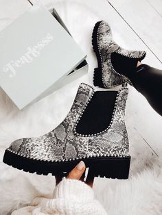 Black likes animal print but does not not wearing boots. Hopefully these cute shoes will get her out of her comfort zone. Dream Shoes, Crazy Shoes, Cute Shoes, Me Too Shoes, Look Fashion, Fashion Shoes, Fashion Pics, High Heel Stiefel, Shoe Boots