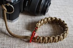 When I made my last camera wrist strap I was planning to make one out of paracord, but since I had problems getting hold of it I went for the leather belt version instead. On my trip to Val Thorens…