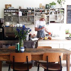 atelier september :: copenhagen ~ zo'n rek boven het aanrecht en zo'n bos bloemen op tafel <3