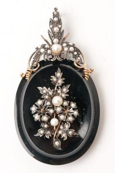 mourning locket in gold, onyx and pearls