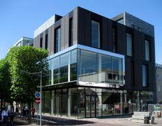 Ontwerp voor een winkelgebouw aan de winkelstraat Marktlaan in Hoofddorp. Het gebouw is opgebouwd uit drie winkellagen met daarboven een laag voor ondersteunende functies zoals techniek, kantoor, opslag en kantine.