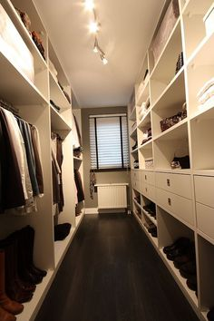35 Best Walk in Closet Ideas and Picture Your Master Bedroom : Trying to find some fresh concepts to redesign your storage room? Visit our gallery of leading best stroll in closet style concepts as well as photos. Walk In Closet Design, Closet Designs, Walk In Closet Small, Master Bedroom Closet, Master Bedroom Design, Walk In Wardrobe, Small Wardrobe, Wardrobe Ideas, Wardrobe Design