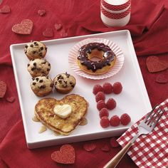 *(This idea looks cute for father's day, too. And you could switch the food to what you think is the best). LOVE valentine's day breakfast ideas - cute Valentine's day ideas - breakfast in bed Valentines Day Food, Valentines Breakfast, Mothers Day Breakfast, Romantic Valentines Day Ideas, Husband Valentine, Valentines Surprise For Him, Valentines Day Gifts For Him Diy, Birthday Breakfast For Husband, Walmart Valentines