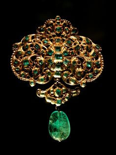 Spanish emerald and gold pendant at Victoria and Albert Museum.