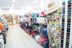 Tissu pour vêtements et accessoires au magasin de couture Husseren-Wesserling en Alsace près de Mulhouse