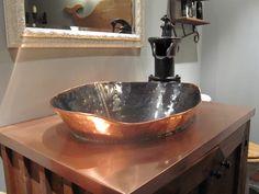 Lavabo en cuivre oxyder, contoire en cuivre avec Pompe antique comme robinet