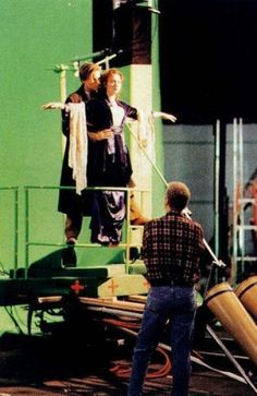 Leonardo DiCaprio and Kate Winslet behind the scenes of Titanic Titanic Le Film, Titanic Photos, Titanic Movie Scenes, Titanic Movie Facts, Rms Titanic, Famous Movies, Iconic Movies, Good Movies, Popular Movies