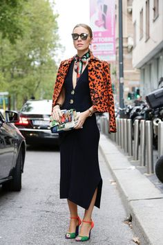 STREETSTYLES // printed jacket in orange with a classic black dress and colorful asseccoires