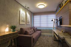 As arquitetas Carol Perez e Daisy Braun tornaram a personalidade do jovem casal em praticidade e desenvolveram um projeto compacto com aproveitamento dos espaços apostando em cores neutras, mantendo o colorido nos detalhes para criar, assim, um ambiente despojado.