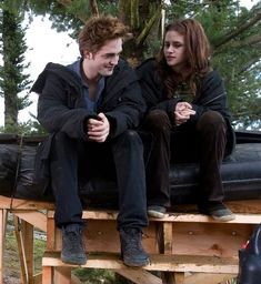 Twilight is my favourite film and I really like Edward Cullen and his girlfriend Bella Swan Twilight Film, Twilight 2008, Twilight Saga Series, Twilight Edward, Twilight Cast, Twilight Pictures, Twilight Movie Scenes, Kristen And Robert, Robert Pattinson And Kristen