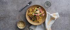Valmista nopea pasta carbonara kylmäsavulohesta. Jos haluat pastasta täyteläisemmän, käytä ruokakerman sijaan kuohukermaa. Viimeistele herkkupasta parmesaanilla.
