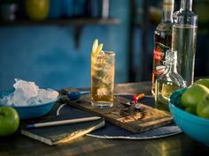 Día Internacional del Ron: 5 recetas de tragos para celebrarlo - Clarín Bacardi, Cuban Drink Recipe, Havana Club 7, Bourbon, Ron Zacapa, Cocktail Drinks, Cocktails, Lime Wedge, Ginger Ale