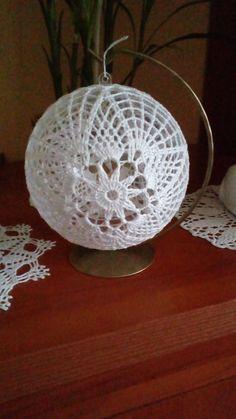 Crochet Christmas Ornaments, Christmas Crochet Patterns, Ball Ornaments, Christmas Baubles, Christmas Decorations, Crochet Ball, Crochet Round, Thread Crochet, Crochet Doilies