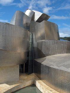 Museo Guggenheim Bilbao. Frank Gehry, Desde su inaguración 1997, el museo ha causado un gran impacto en cuanto a la economia y la cuidad vasca, impulsando el turismo en la region y mejorando la imagen de la misma. Sin dejar de lado lo costoso que ha resultado esta obra debido a sus innovaciones.