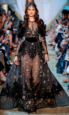 Elie Saab Fall 2017 Couture Fashion Show - See the complete Elie Saab Fall 2017 Couture collection. Informations About Elie Saab Fall 2017 Cout - Elie Saab Couture, Style Haute Couture, Couture Fashion, Runway Fashion, Paris Fashion, Juicy Couture, Vogue Fashion, Fashion Week, High Fashion