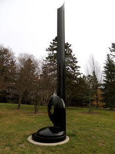 Ritual II. 1966. Aço. Alexander Liberman (Kiev, Ucrânia, 04/09/1912 - 19/11/1999, Miami, Flórida, USA). Encontra-se no Jardim de Escultura Lynden, em Milwaukee, Wisconsin, USA. A escultura é composta por um monólito preto definido em uma base circular. Perto da base do eixo há uma forma circular. Tem 1.040 cm x 150 cm × 150 cm de dimensões.  Fotografia: Gabrielle DuCharme no Flickr.