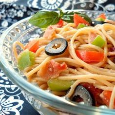 Find an easy pasta salad recipe for your picnic or potluck. More than 500 recipes, including the classic Italian pasta salad. Tomato Pasta Salad, Spaghetti Salad, Best Pasta Salad, Chicken Pasta Recipes, Pasta Salad Recipes, Cooking Chicken To Shred, Cooked Chicken, Pasta Dishes, Veggie Dishes