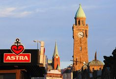 Hamburg/ Mitte: Astrabier und der Uhrenturm der Landungsbrücken