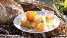 Συνταγή για πορτοκαλόπιτα από τον Άκη Πετρετζίκη.Φτιάξτε αυθεντική, ζουμερή πορτοκαλόπιτα που λιώνει στο στόμα. Ένα ζουμερό και μοσχομυριστό επιδόρπιο για όλους