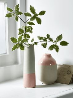 Made from high quality earthenware with a dip-glazed finish, our weighty block vase has a textured unglazed base and a speckled finish blush top. Fill with a singular bud and sit on your mantelpiece, shelves or windowsill to add a hint of colour to you Flower Planters, Flower Vases, Différents Styles, Colored Vases, Cute Cottage, Country Interior, Terracota, Planter Boxes, Vases Decor