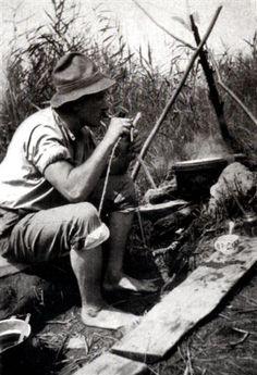 C. G. Jung acendendo o cachimbo? Amava viver despojado com a Natureza. (fotografia em torno de 1920) Note: Can anybody confirm if this is an authentic photo or not?