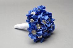 BOUQUET SPOSA DEEP BLUE  Bouquet Sposa deep blue è un mazzo da sposa di tela azzurro Klein e bottoni argentati  http://bouquetsposaoriginali.it/portfolio-view/bouquet-sposa-deep-blue/