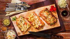 Ota Fileelankku huoneenlämpöön puoli tuntia ennen grillaamista. Mausta Fileelankku suolalla ja pippurilla. (Fileelankku on valmiiksi kevyesti maustettu, joten voit jättää suolat ja pippurit myös lisäämättä.) Grillaa kuumassa grillissä Fileelankkuun kauniit raidat. Levitä tomaattipyree kolmannekselle Fileelankkua. Levitä toiselle kolmannekselle pesto ja kolmannelle kolmannekselle sinappi tai bbq-kastike. Ripottele päälle muut täytteet. Aseta Fileelankku-pizza kuumaan grilliin. Käytä grillin…