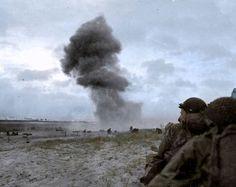 """Una bomba explota en la playa de """"Utah"""" durante el desembarco de Normandia del 6…"""