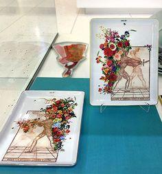 """Amigos em Portugal, aqui vai uma ótima sugestão de presente de Natal: obra de arte por apenas 50/55€! Peças da série """"In Gloria et Honor"""", criadas por mim para a Vista Alegre, que acabaram de ser lançadas este mês!  Aqui vemos as 2 bandejas em foto de Rodrigo Vila (@rvila), na loja da Vista Alegre no Centro Comercial Colombo (Lisboa). @vistaalegreofficial #InGloriaEtHonor #FábioCarvalho #FabioCarvalho #porcelana #vistaalegre #myvistaalegre #vistaalegreofficial #Portugal #Lisboa #Lisbon…"""