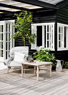 90 Modern White Cottage Exterior Style 92 - Home & Decor Black House Exterior, Cottage Exterior, Cottage Design, Cottage Style, Scandinavian Cottage, Scandinavian Outdoor Decor, Scandinavian Design, Weatherboard House, Balkon Design
