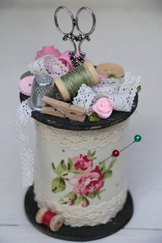 Wonderful Screen Pincushions wood Ideas Precisely why get a pincushion when you can actually help to make one? These kinds of free DIY pincu Shabby Chic Crafts, Vintage Crafts, Vintage Sewing, Fabric Crafts, Sewing Crafts, Sewing Projects, Craft Projects, Wooden Spool Crafts, Wood Spool