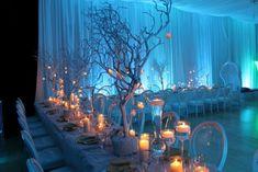 blaue Beleuchtung und viele Kerzen als Deko für die Winter-Hochzeit